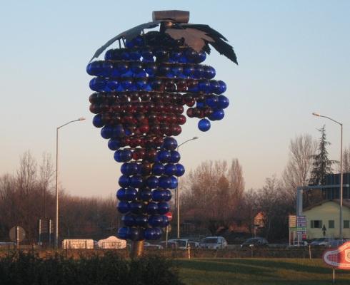 Grappolo d'uva della rotonda di via Vignolese - Mutina