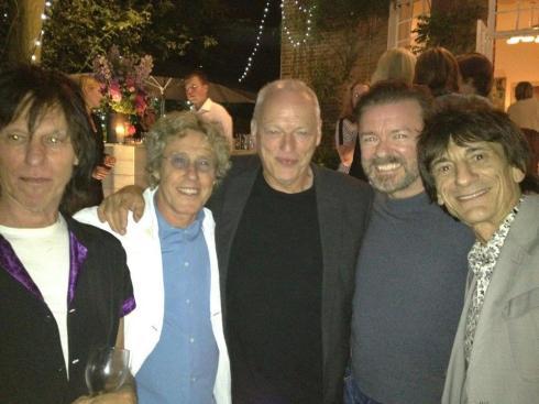 Jeff, Roger, Dave, il comico Ricky Gervais e Ronnie a ritmo di prosecchino