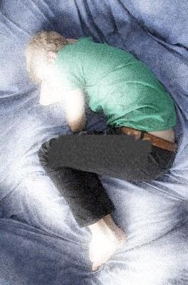 Uomo triste nel letto