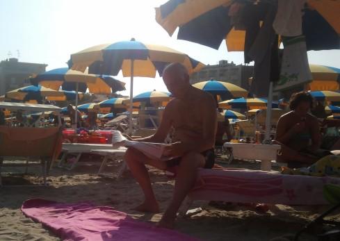 L'uomo che leggeva L'UNITA' - foto di TT