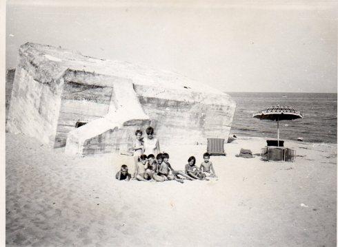 Lido di Pomposa (FE) fine anni sessanta - il Bunker dei tedeschi - Tim (primo a sinistra) e i suoi amici. In piedi (prima a sinistra) Lalli Tirelli.
