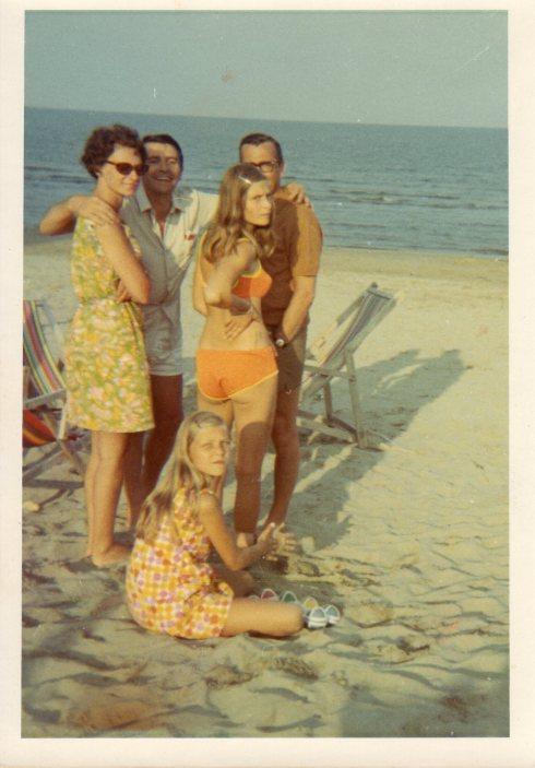 TEDESCHI A POMPOSA: Ursula (in basso) e in piedi da sx a dx sua madre, Brian, sua sorella, suo padre - Lido Di Pomposa inizio anni settanta