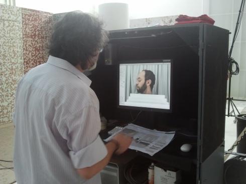 Raffa contempla le foto del suo libro - foto di TT