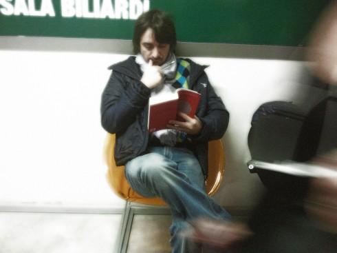 Tim Tirelli legge il libro sui King Crimson di Donato Zoppo - Foto della Momi.