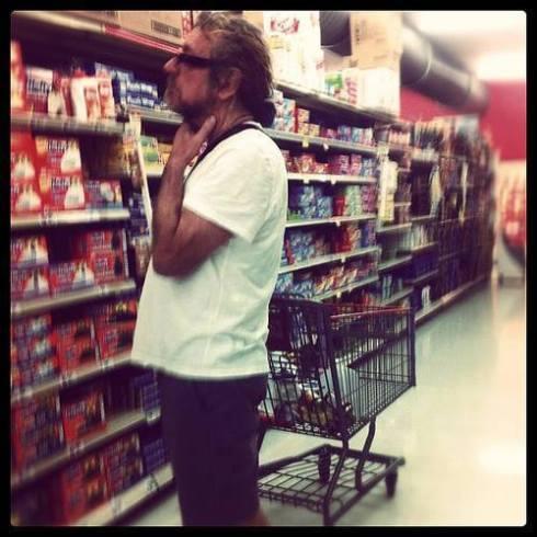 Robert Plant fa la spesa al supermercato come un Tim Tirelli qualsiasi...