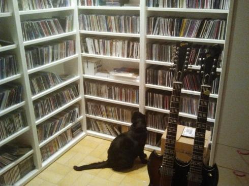 Palmiro mentre cerca un CD da mettere su (foto di Tyrrell)