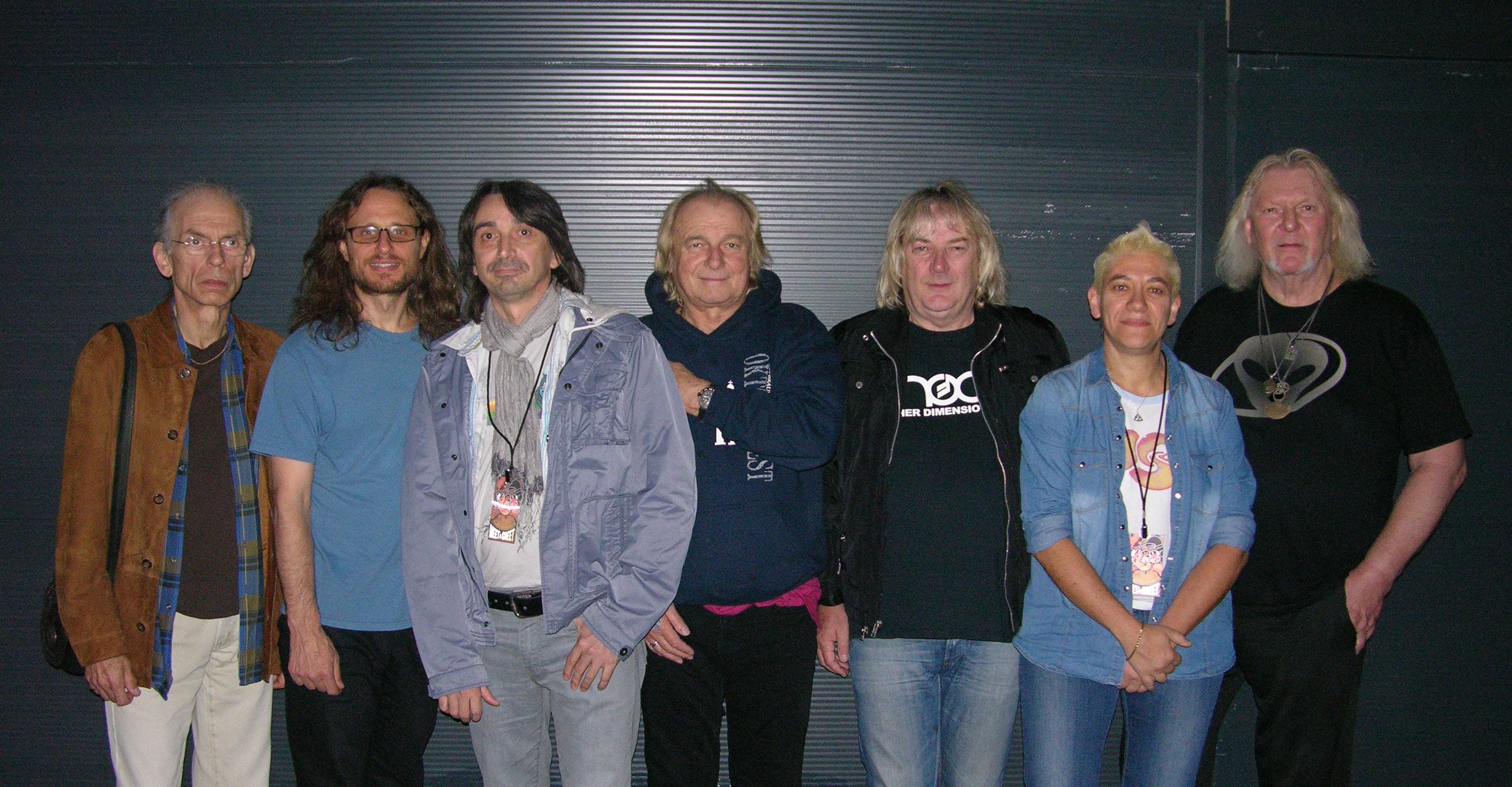 Gli YES, l'uomo di blues e la groupie - da sx a dx STEVE HOWE, JON DAVISON, TT, ALAN WHITE, GEOFF DOWNES, la groupie, CHRIS SQUIRE (foto di Alan)
