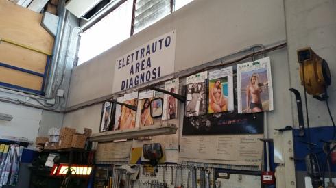 Autofficina con calendari di donne nude - Stonecity giugno 2014 (foto fi TT)