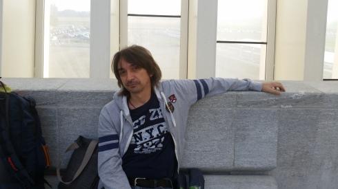 Tim - waiting on a train. Stazione Mediopadana AV (foto della groupie)