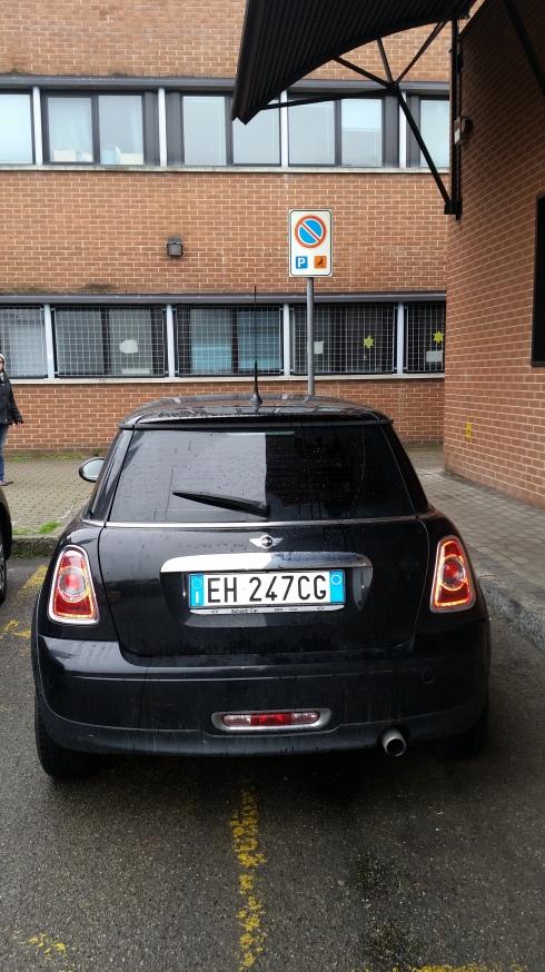 Mini Minor su parcheggio riservato ai disabili- Modena Centro commerciale Torrenova - 31 dicembre 2014 - foto TT