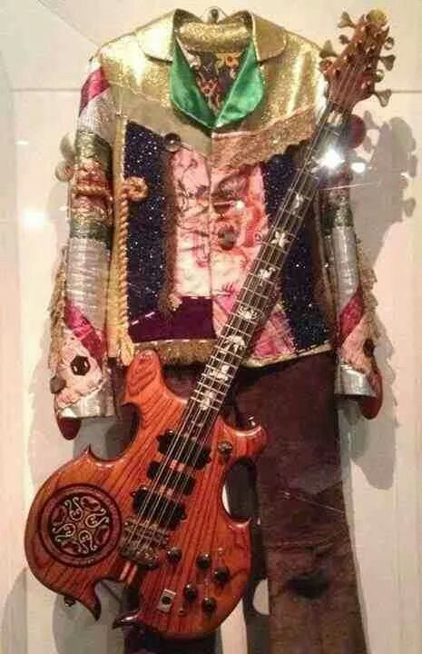 Costume di scena e Bevar a 8 corde di John Paul Jones alla Rock And Roll Halla Of Fame.